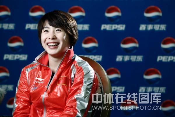 图文:中国跳水队拍摄广告片 汪皓开心大笑