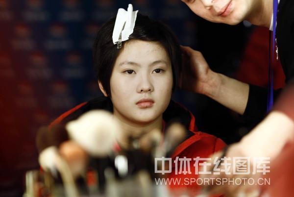 陈若琳正在化妆