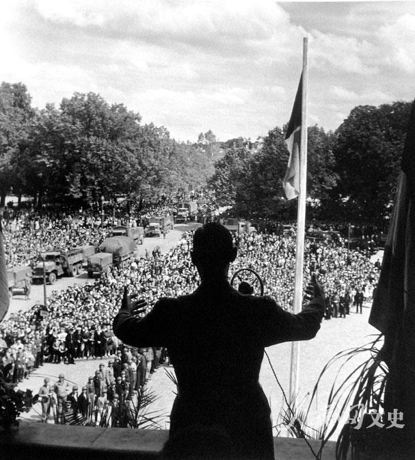 夏尔·戴高乐将军在刚解放的小镇上对民从演讲.