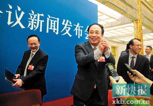 顺畅回答中外记者提问,会后赵启正作揖谢记者。