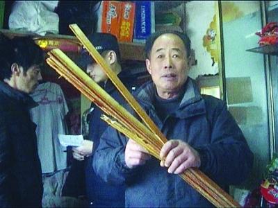 见义勇为的朱师傅,手中所拿的就是青年男子抢劫用的竹棍。肖雷 摄