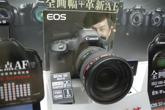 佳能EOS 5D Mark III和新一代佳能24-70镜皇组合在外形上还是很吸引人,线条流畅,感觉比上一代产品会更贴手一些。当然,价格自然也会贵一些。