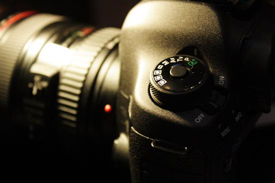 佳能EOS 5D Mark III的拍摄模式转盘采用了最新设计理念,加入了安全锁。在调整档位的时候需要按下锁扣才能更改,以避免误操作。