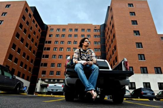 战争 美军/香烟在手,Scott坐在他卡车的后面,准备离开急症中心,他决定去...