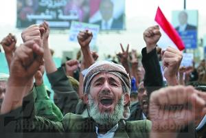 3月2日,民众在也门首都萨那举行的游行中高呼口号。