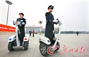两名警察乘电动车在天安门广场巡逻。