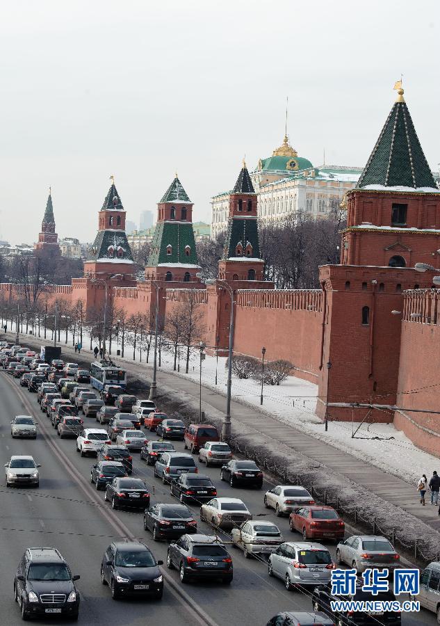 莫斯科/3月3日,车辆从俄罗斯莫斯科的克里姆林宫外经过。俄罗斯总统...