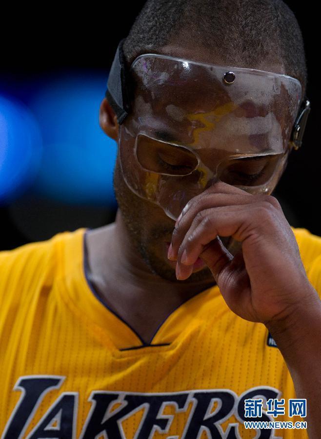 科比/3月2日,戴着防护面具参加比赛的科比在比赛中汗如雨下。