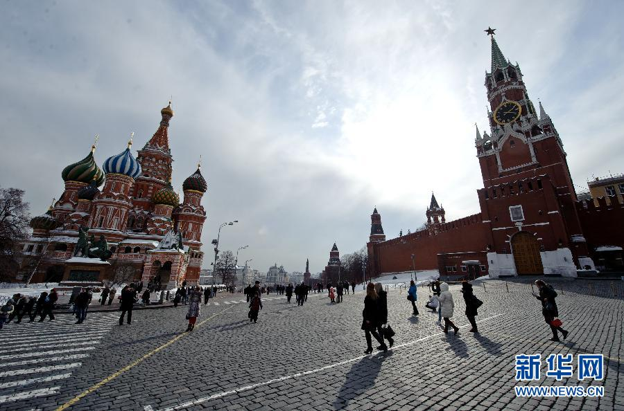 莫斯科/3月3日,市民和游客在俄罗斯莫斯科红场上游览。俄罗斯总统选举...