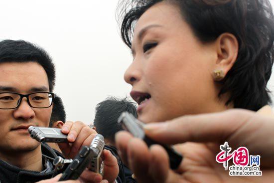 全国政协委员杨澜前接受记者采访。(摄影/中国网 李昭)