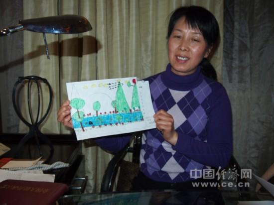 她手中的儿童画《家乡未来