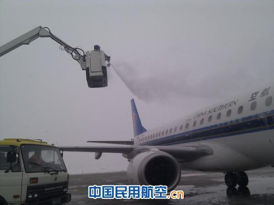 库尔勒突降大雪 机场机务紧急除冰确保航班正常(图)