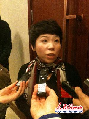 邓亚萍委员接受采访。人民网记者 张帆手机拍摄