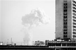这是3月4日拍摄的刚果(布)首都布拉柴维尔爆炸后升起的浓烟 新华社/法新