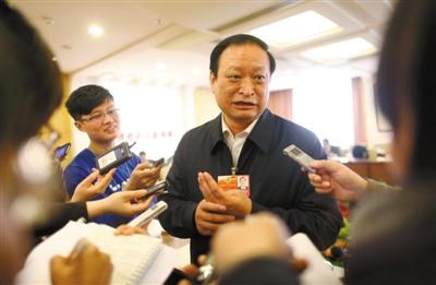 """昨日,北京会议中心,国家中医药管理局局长王国强就""""活熊取胆""""接受记者采访。本报记者 薛�B 摄"""