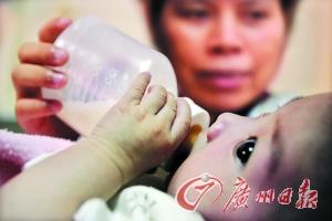 莫伟浓/月嫂在给小宝宝喂奶。记者莫伟浓摄