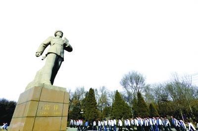 雷锋/2011年3月2日,沈阳大学学生在辽宁抚顺雷锋纪念馆缅怀雷锋。...
