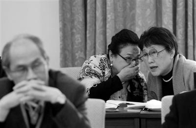 昨日,北京会议中心,全国政协十一届五次会议小组讨论会上,两位政协委员在交流意见。本报记者 薛珺 摄
