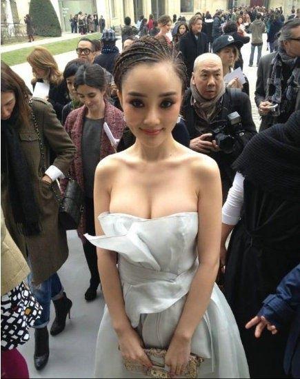 """好尴尬!李小璐""""爆乳装""""巴黎亮相 被误认为范冰冰"""