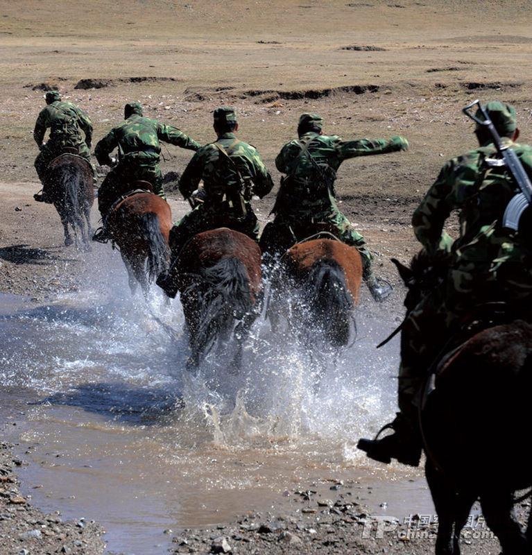 当那一队队雄健无比、训练有素的战马,兀然来到我的眼前,当我从那些马的眼神里看到了幸福乃至忧伤,我心中的隐秘似乎被瞬时破解,这些陌生而亲近的家伙,我们的心竟离得如此之近。 张建刚摄