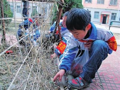 组织小学生清理小区楼院,并走进安和社区低保户家中,帮忙打扫卫生.