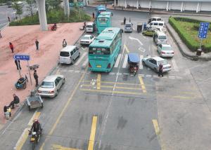 布吉关内,机动车与电动车混杂,交通混乱。
