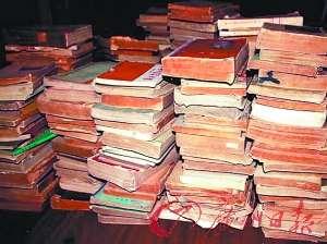 藏书数量不少,可以装满一个小书房。(图片来源:广州日报)