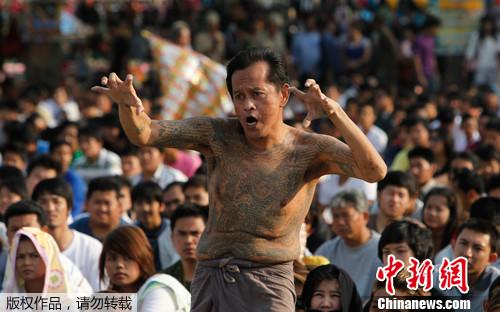 纹身 曼谷/3月3日,曼谷近郊的佛统府举行了大规模的纹身节庆典,以一种...