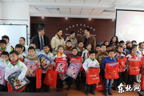 雷锋/哈尔滨雷锋储蓄所给星光小学的孩子们送来文具和书包。