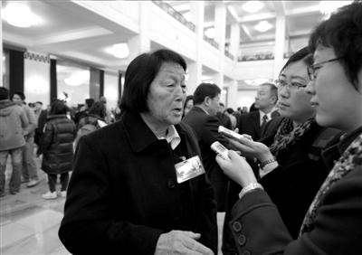 →申纪兰接受记者采访。 新华社发