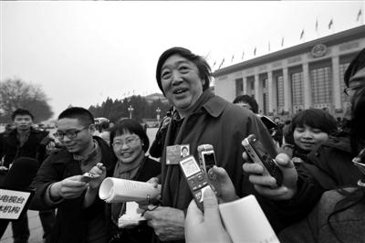 →冯骥才接受记者采访。本报记者张斌摄