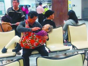 小时候,妈妈这样抱过你长大了,你会这样抱妈妈吗?