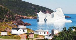 一块搁浅在加拿大北部海岸的冰山,如果遇到罕见的强大海潮,它有可能重新漂浮起来驶向海洋。