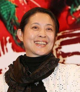 倪萍/3月2日,全国政协委员、著名主持人倪萍民生大议悄悄来到报到点。