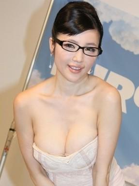 日本美女性爱电影_日本g奶女星森下悠里作风向来又性感又大胆,曾演出性爱电影《夫妻