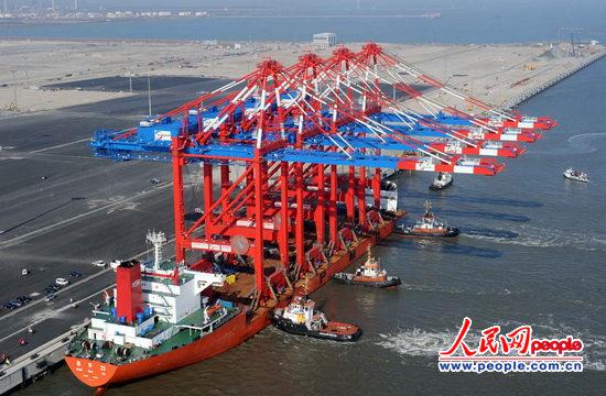人民网柏林3月6日电(记者管克江)中国企业生产的世界最大集装箱岸桥6日上午运抵德国北部的威廉港。这是目前全球唯一能跨越25排集装箱进行作业的集装箱岸桥。