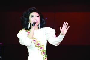 邓丽君在日本演唱会_主办方昨透露,本次演唱会除不惜巨资复原邓丽君日本nhk演唱会的现场