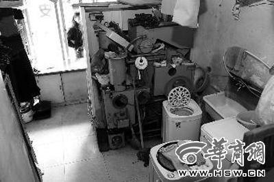 干洗店里干洗机成了货架,只是摆设 本报记者王智摄