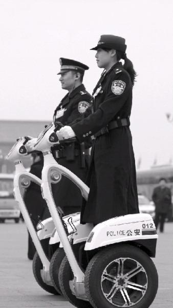 """北京天安门广场,警察统一装备了被称为""""智能单警""""的电力驱动单人车巡逻,确保两会安保。图/记者殷建军"""