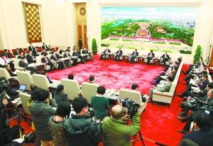 昨天,十一届全国人大五次会议北京代表团在人民大会堂举行全体会议,审议政府工作报告。会议室打开大门,全程向媒体开放。