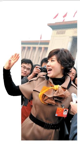 刘春梅在人民大会堂前唱歌。本报记者范继文摄