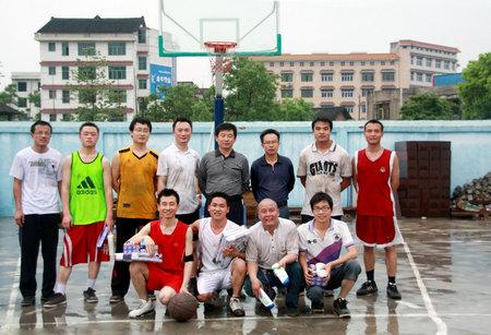 项目书记辛志军(后排右四)与篮球队员合影