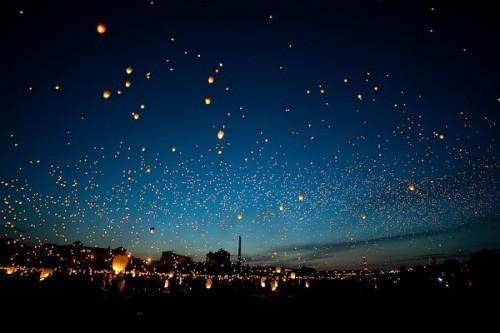 唯美/燃放孔明灯,也是庆祝的仪式之一。...