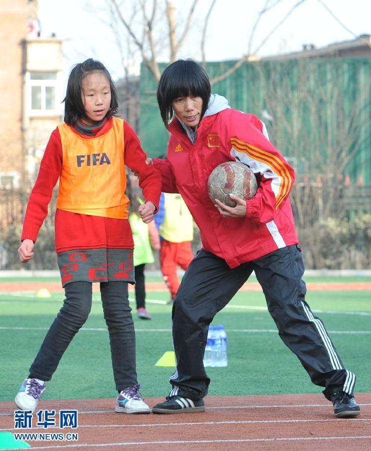 原中国女足队员范运杰小学教足球