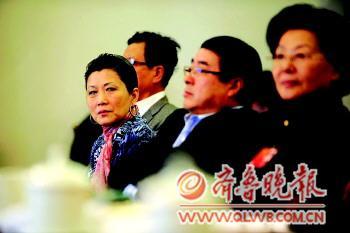 朱燕来(左一)参加全国政协经济组委员讨论。据中新社
