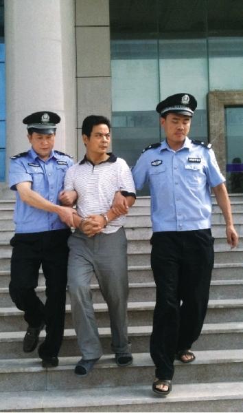 2011年8月3日上午,周龙斌被押回原籍。资料图片