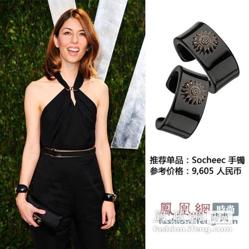 双手环的佩戴方式在欧美已经刮起了一阵流行风,手镯镶嵌复古花纹金属优雅感十足,搭配黑色连体衣帅气干练。