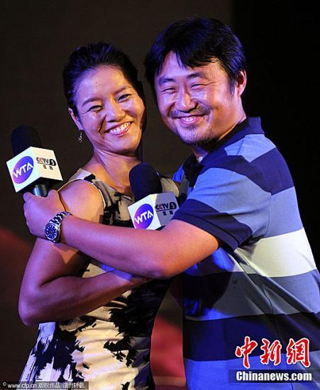 资料图:姜山与妻子李娜。图片来源:CFP视觉中国