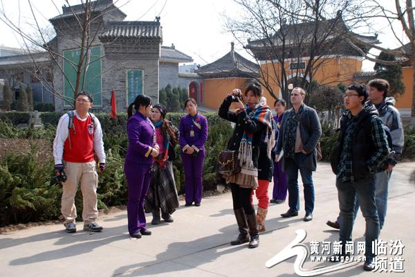 3月7日,由香港亚洲旅游出版社一行10人组成的编撰组在洪洞大槐树景区进行考察。