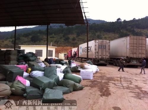业务繁忙的理货区堆满了等待装运的中草药。广西新闻网记者 罗莎 摄